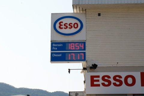 HØGE PRISAR: På Esso i Førde var det høge prisar på fredag ettermiddag. Like prisar var det på dei andre fyllestasjonane rundt omkring i Førde.