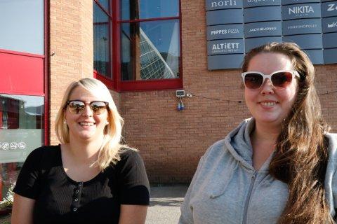 SOL OG SOMMAR: Synnøve Rebbeng Sunde (t.v.) og Cathrine Hansen brukar sommardagane på å jobbe, handle og vere sosiale.
