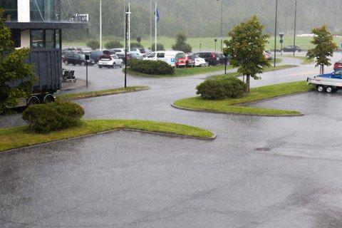 TETT I TETT: Rett etter klokka 13.30 onsdag meldte regnbyene seg for fullt i Førde.