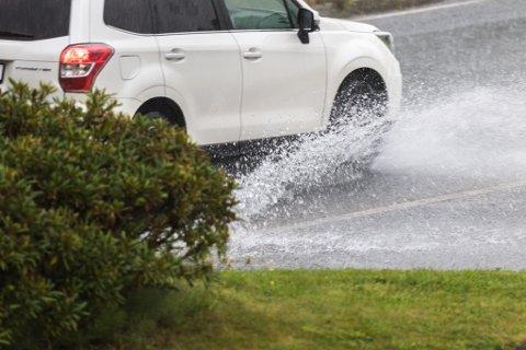 REGN: Det blir kraftige regnbyer tysdag.