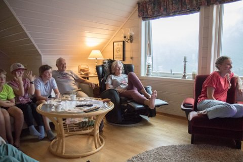 STEMNING: Anders Berntsen Mol sine søskenborn, besteforeldre og tante følger spent med.