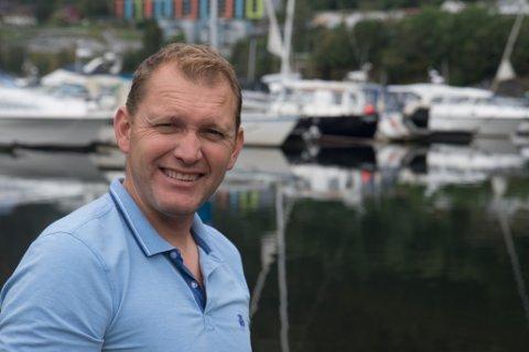 HAR PLANAR: Greger Nyheim er styreleiar for Førde Båtklubb. Han ber på «store planar» for området ved klubben på Øyrane. Foto: Kristoffer Skår Lone.