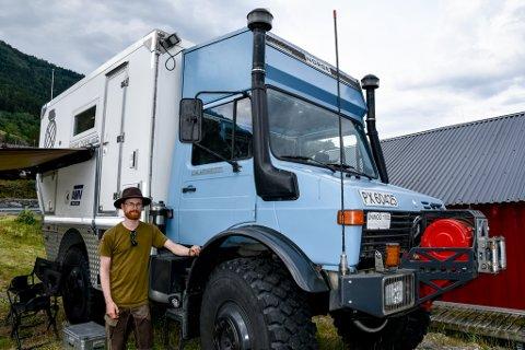 BYGD OM: Vegard og Ida Henriette bygde om kranbilen frå 80-talet slik at den kunne frakta det reiselystne ekteparet til andre sida av verda.