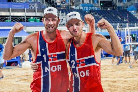 OL-FINALE: At Anders Mol og Christian Sørum tok seg til finalen i OL, betyr at sandvolleyballgutane uansett må lage plass til edelt metall i bagasjen heim frå Japan. Foto: Heiko Junge / NTB