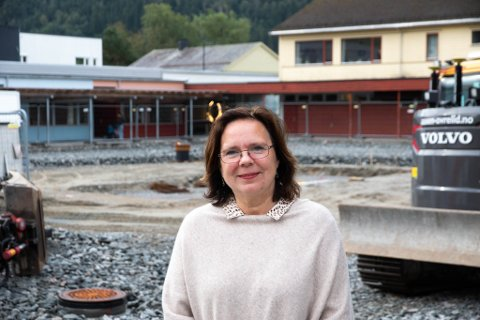 OPTIMISTISK: Rektor Therese Helland ved Førde barneskule gler seg til at det nye leikeområdet er ferdig, sjølv om det tok litt lengre tid enn forventa.