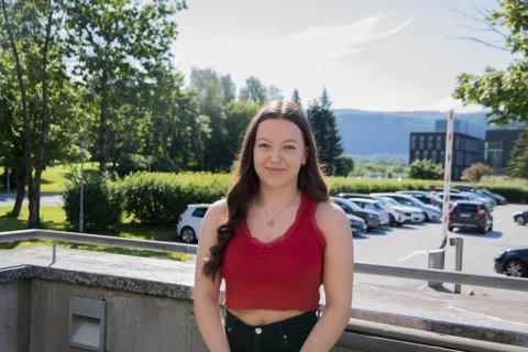 SPENT: Alva Bredholt gler seg til å byrja på sjukepleiarlinja ved høgskulen i Førde. Ho trivast best i mindre byar som Førde.