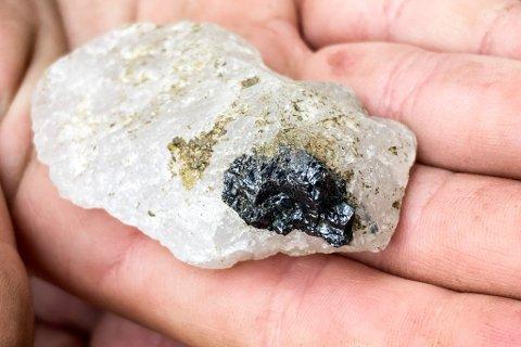 RETTSSAK: Er rutil, det gråsvarte området på denne steinen, ein meir verdifull førekomst på Engebø enn den raudfarga granaten? Det er eitt av spørsmåla som Oslo Tingrett no skal ta stilling til.