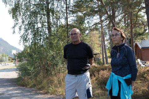 MOTSTAND: Planene om eit parkeringsanlegg i friområdet på Myra, kom som eit sjokk på fleire av medlemmene i Åsen Vel. Svein Hjelmeset og May Tangen (ein av dei næraste naboane) er sterkt imot planene.