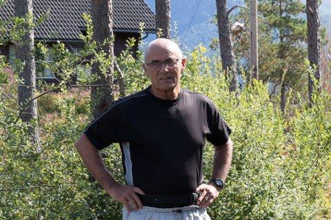 AKSEPTERT: Svein Hjelmeset har brukt av fritida si i 40 år for å bygge opp nærmiljøanlegget på Myra. No vil kommunen ha eit parkeringsanlegg med plass til 11 bilar der.