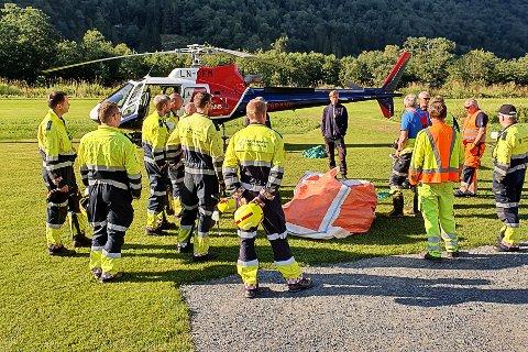 BRANN: Brannsjef i Stryn, Jon Jatgeir Vinsrygg, seier det er stor sjanse for at brannen blussar opp vidare tysdag kveld, trass iherdig sløkkearbeid.