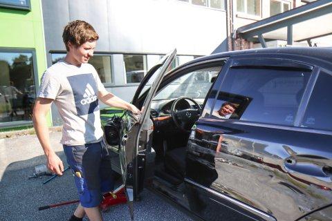 AVSKJED: Natt til laurdag stakk ein mann av med bilen til Olav Østenstad. Venstresida har fått seg nokre skadar og bilen må vrakast.