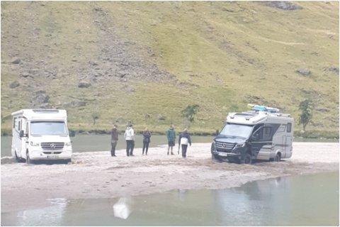 STOD FAST: Nokre tyske turistar stod fast i Stardalselva måndag ettermiddag.