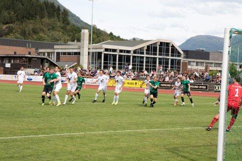 VIKTIG KAMP: Førde - Jølster markerte slutten på nesten to år med venting for begge lag. Endeleg fekk dei spele kamp igjen.