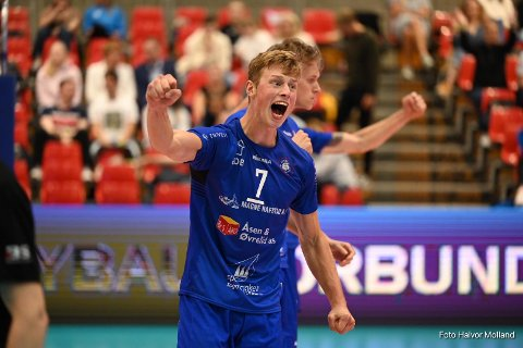 SIGERSBRØL: Kaptein Martin Olimstad slo handa i vêret etter han og Førde-laget tok NM-gull i september. Denne veka kunne han feire igjen, men då at han fekk proffkontrakt.