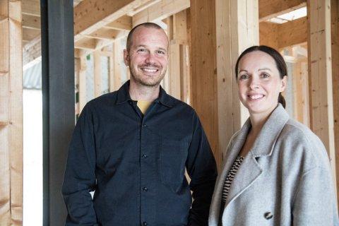 SPRÅ TRENDAR OG BYGGER HUS: Ingvild og Tom Savigar driv trendbyrået Avansere AS saman og bygger hus på Reed Gloppen.