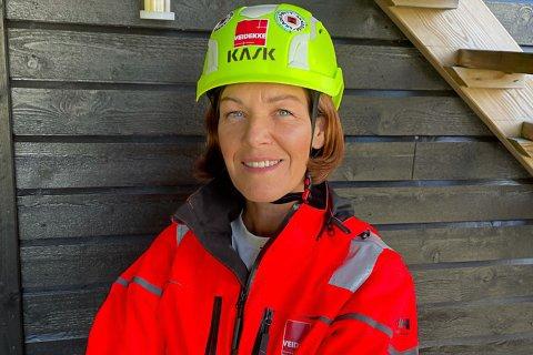 TILSET TØMRARAR: Christine Aagård Midthjell treng fleire tømrarar til bygginga av Nye Førde Sjukehus og framtidige byggeprosjekt i regionen. Men det er rift om fagfolka.