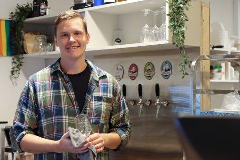 FORNØGD: Kjetil er fornøgd og glad for at samfunnet opnar opp som normalt. Han har no plass til fleire i lokala sine på Krut.