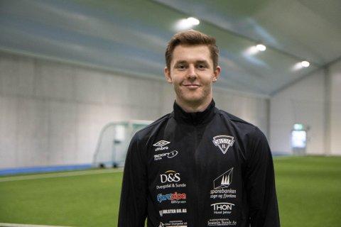 SATSAR: Severin Halland (22) er ein av fleire spelarar i Jølster IL som har vald å flytte heim. Engasjementet og drivet innanfor laget var ein av dei største motivasjonane for Halland å vende tilbake til Skei: – Vi har dyktige spelarar og ein enorm vilje her. Det blir spennande å sjå korleis Jølster IL utviklar seg framover, seier han.