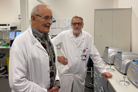 GÅVE: Gjennom åra har den pensjonerte læraren og rektoren, Knut Aase, donert store summar til Helse Førde. No fekk han sjå kva noko av pengane har blitt brukt til. Her saman med tidlegare leiar ved mikrobiologisk avdeling, Reidar Hjetland.