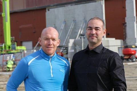 LEGOBITAR: Kai Vidar Nygård og Daniel Levy framfor det som skal bli deira nye lokale på Ytre Øyrane. Framover går det slag i slag med bygginga, og taket skal stå tett til jul.