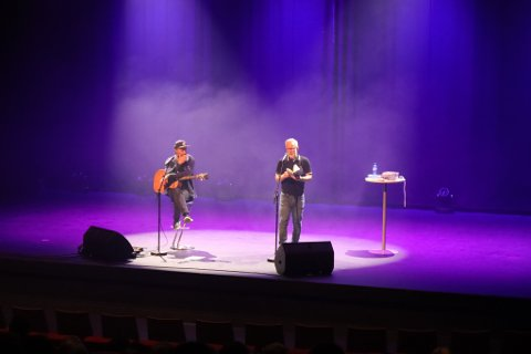 LYRISK: Saman med gitarist Alexander Flotve både song og las Renberg eigne tekstar. Showet var ein del av LUTT litteraturfestival.