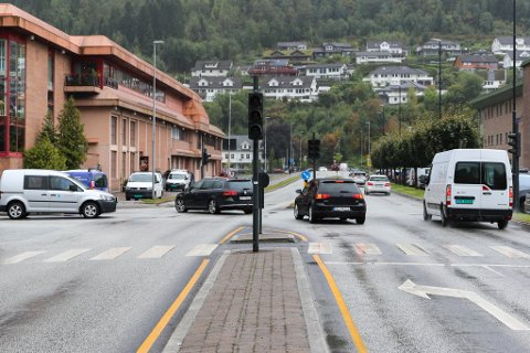 GJEKK I SVART: Lyskrysset ved Alti i Førde gjekk tysdag i svart. No har vegtrafikksentralen sjekka koplingsboksen.