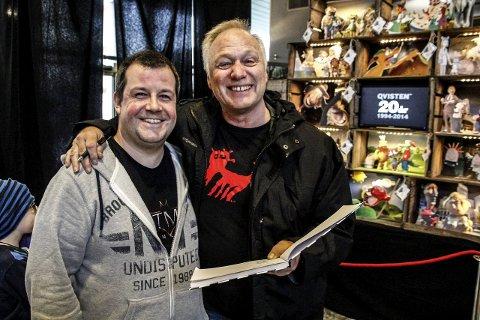 Mange fans: Øystein Dolmen (til h.) måtte skrive autografer for blant annet Simon Burman som opprinnelig kommer fra Londonfoto: john johansen