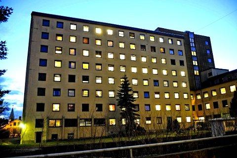 Utsatt: Den nye eieren ønsker å omgjøre de tidligere sykehusbygningene til asylmottak med inntil 700 plasser. Nå er saken utsatt nok en gang. Foto: Geir A. Carlsson