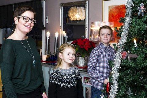 Gir av egen tid: Stine Carlsen, datteren Norah Syversen (9) og Sondre Syversen (13) bruker mye tid på å organisere, samle inn og dele ut mat, forbruksvarer og julegaver. – Vi pakker inn alle gavene selv før vi gir dem videre til barna, forteller Norah. Nå er Stine kåret til årest navn og begge to er veldig stolte av moren sin. Alle foto: Johnny Leo Johansen
