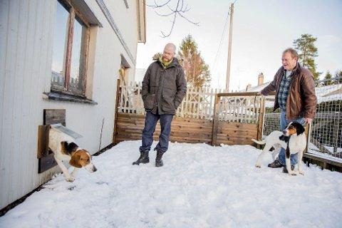 HUNN OG HANN: Raymond Bråten har besøk av Roy Steinar Larsen, som har med seg hannhunden Balder. Inga kommer ut av en luke i garasjeveggen.