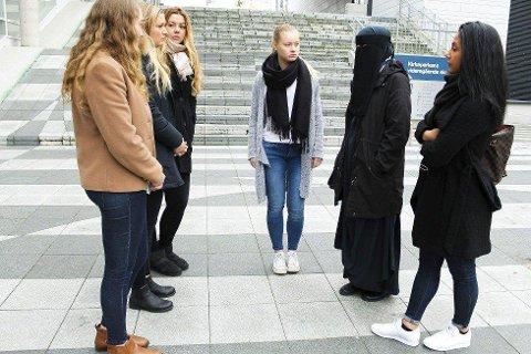 SJOKK: Den 18 år gamle jenta som ble kastet av bussen fordi hun brukte niqab får her støtte av venninnene Cassandra Deryckere, Synne Berthelsen, Elise Simonsen, Solveig Eugenie Sirén og Nazli Kerbelai.
