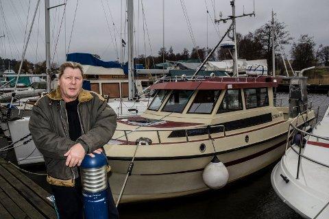 STJAL UTSTYR: Vaktmann i Nøkledypet Båthavn, Kai Johnsen, tror tyvene visste hvilken båt de skulle tømme for kostbart utstyr.