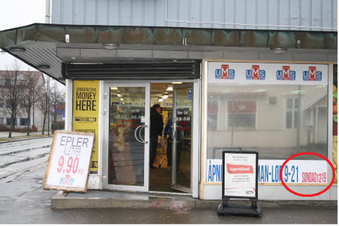 Butikken på Holmen er tydelig merket med at de holder dørene oppe også om søndagen.