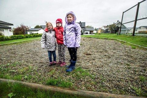 FÅR TILBAKE LEKEPLASSEN: Michelle Buerødegård (8, fra venstre), Sanna Nes (10) og Malin Buerødegård (10) får tilbake lekeplassen sin etter at politikerflertallet har bladd opp sju millioner kroner til lekeplasser og trafikksikkrhetstiltak. Arkivfoto: Geir A. Carlsson