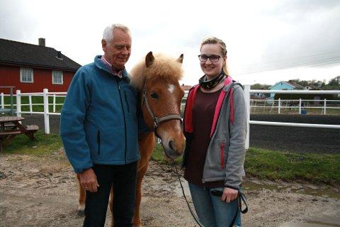 HESTEGLADE: Petter Evensen og Linn-Therese Gåserød trives godt på Hjørgunn med hestene, og mener det har gitt de ny livsglede å jobbe som frivillig. Her sammen med Balder.