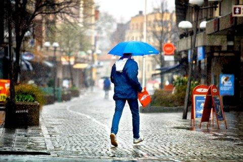 VÆR BEREDT: Tirsdag vil det regne hele 15 millimeter over Fredrikstad.