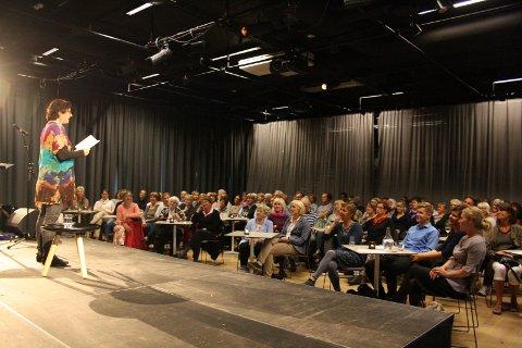 Lyttet: Publikum lyttet interessert mens Linde Hagerup leste høyt fra sin novelle om pubertet. Alle foto: Hege Mølnvik
