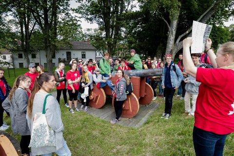Ungdommene fikk være med på guidet tur i Gamlebyen mandag formiddag.