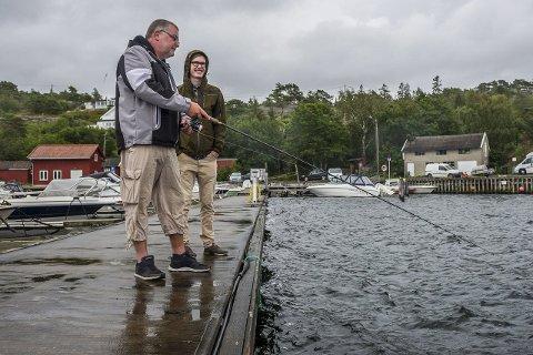 Utsatt: Bjørnar Pedersen og Amund Dahle i Onsøy Jeger og Fiskeforening sier det ofte står fiskere på Slevik brygge og drar opp fisk under minstemål. foto: mats duan