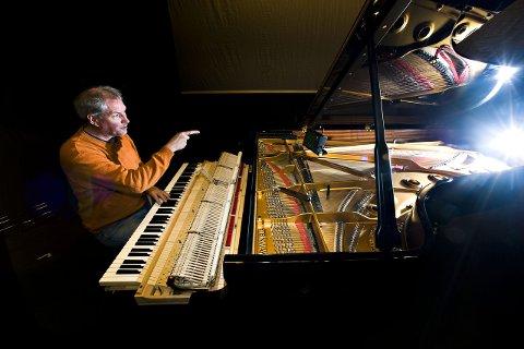 Kvalitetsinstrument: Pianostemmer  Yngvar S. Pettersen ved Steinway-flygelet på Blå Grotte. Arkivfoto: Erik Hagen