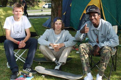 De tre kompisene, fra venstre Truls Meyn, Torbjørn Gjestrøm og Karl Fredrik Føli forran teltet de campet i gjennomhelgen.