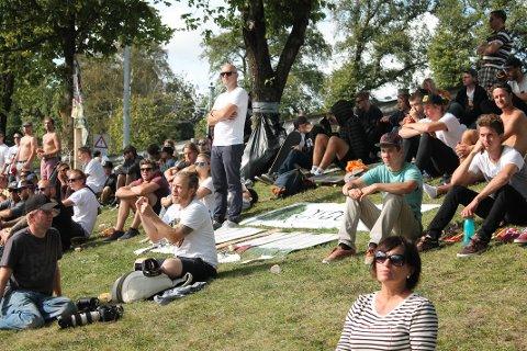Publikum måtte sette seg på gresset, siden tribunene var fulle av mennesker som ville få med seg NM.