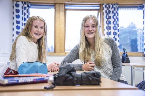 Blir lett slitne: Amalie Holten Lindberg (14) og Aurora Johansen (14) sier at alle blir slitne av varmen i klasserommene.