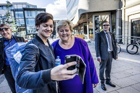 MINISTER'N OG JEG: Det har vært tatt mange selfies i årets valgkamp. Jonas Gangfløt sørget for enda en.
