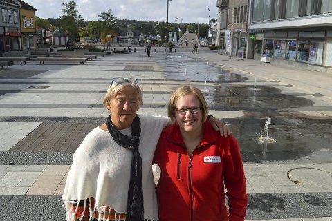 INNTAR STORTORVET: Mette Koldre Martinsen, leder Gressvik Røde Kors, og Ida M. Martinsen, nestleder Fredrikstad Røde Kors, blir ikke de eneste fra organisasjonen å se på Stortorvet i dag når 150 år skal feires.Foto: Marianne Holøien