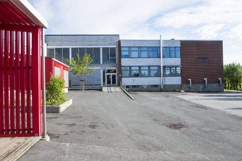 REHABILITERES: Ventilasjonsanlegget på Rød skal endelig rehabiliteres. Det er uklart om alle elevene kan være på skolen under arbeidene.Arkivfoto: Erik Hagen