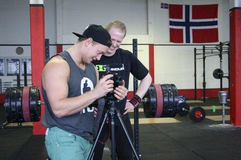 Humor: Guttene bruker humor i videoene sine, og latteren sitter løst under filmingen.