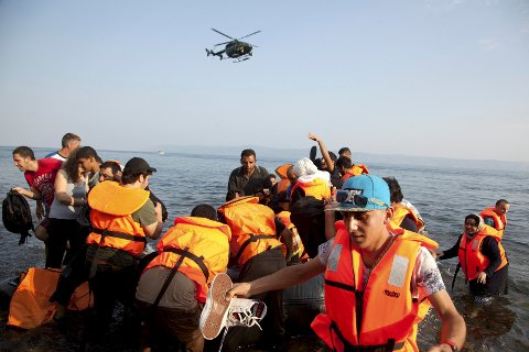 Flyktninger og nasjonalisme: Syriske flyktniger på vei til foreløpig trygghet på den greske øya Lesvos.