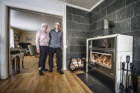 Smarte folk: Gunn og Knut Westgaard har brukt mye tid og penger på å gjøre det 100 år gamle huset energi-smart. Enova kaller det et «pluss-hus» fordi de kombinerer både solcelle og sol-kollektor, samt at de er selvforsynte med ved fra egen tomt. Alle foto: Geir A. Carlsson