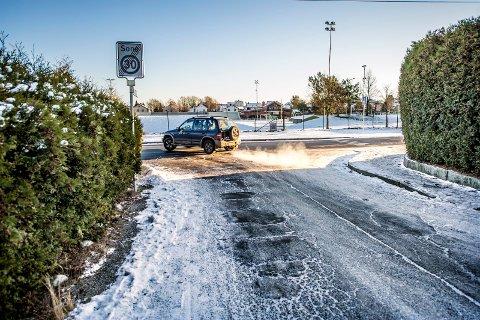 Stedet for den nesten alvorlige hendelsen: Bildet er tatt i Søren Klæboesvei med fortauet til høyre og gangfelt over Lisleby Allé på samme side. Brevforfatter Drangsholt er også opptatt av at hekkene hindrer sikt i krysset. Bilen på bildet var ikke involvert.